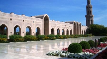 Sultan-Qaboos-Grand-Mosque-in-Muscat-Oman-courtyard