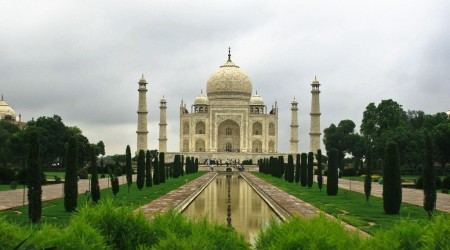 Taj-Mahal-in-Agra-India-garden